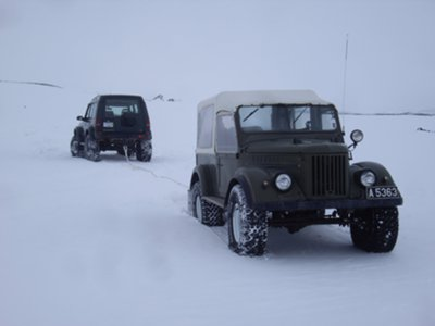 Land Rover pulling the Gaz 69